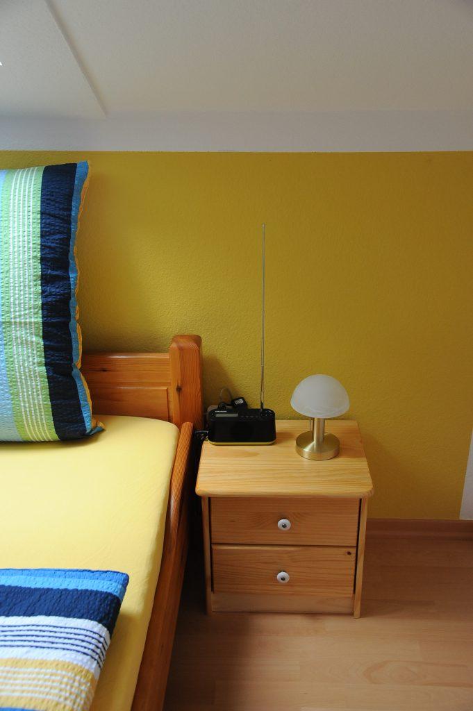 Schlafzimmer links mit Wecker-Radio